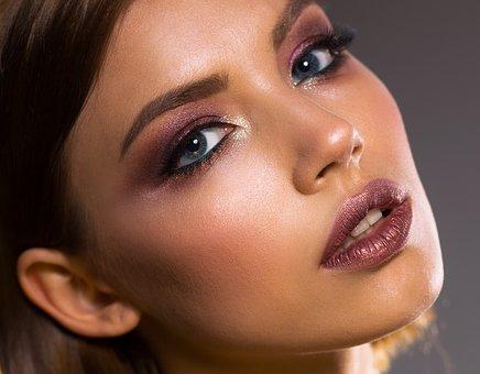 kobieta w modnym makijażu